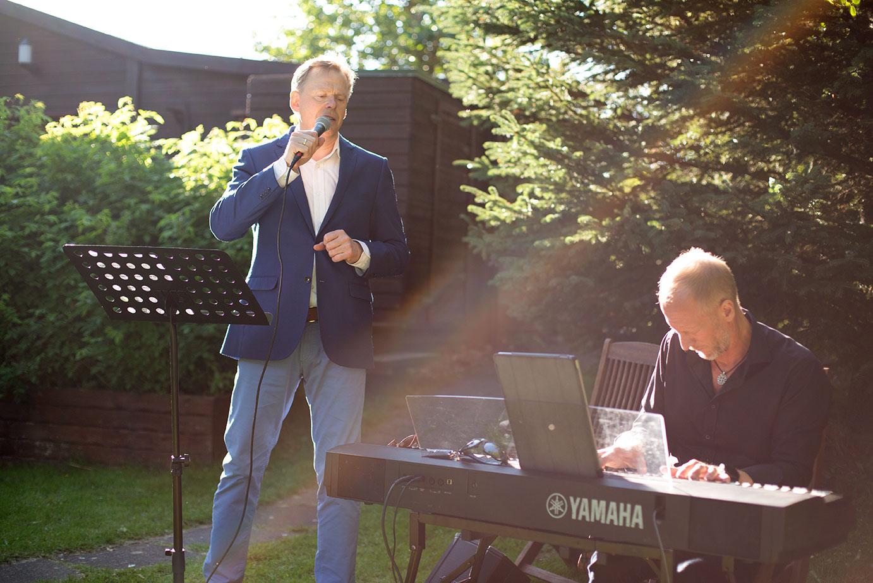 Stefán Hilmarsson syngur við brúðkaups athöfnina