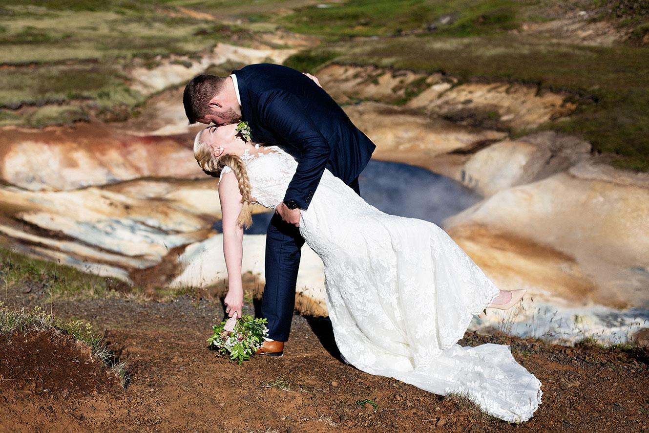 Brúðhjón kyssast á Nesjavöllum