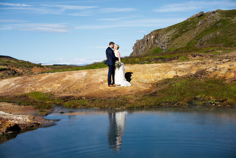 Brúðhjón standa við vatn á Nesjavöllum