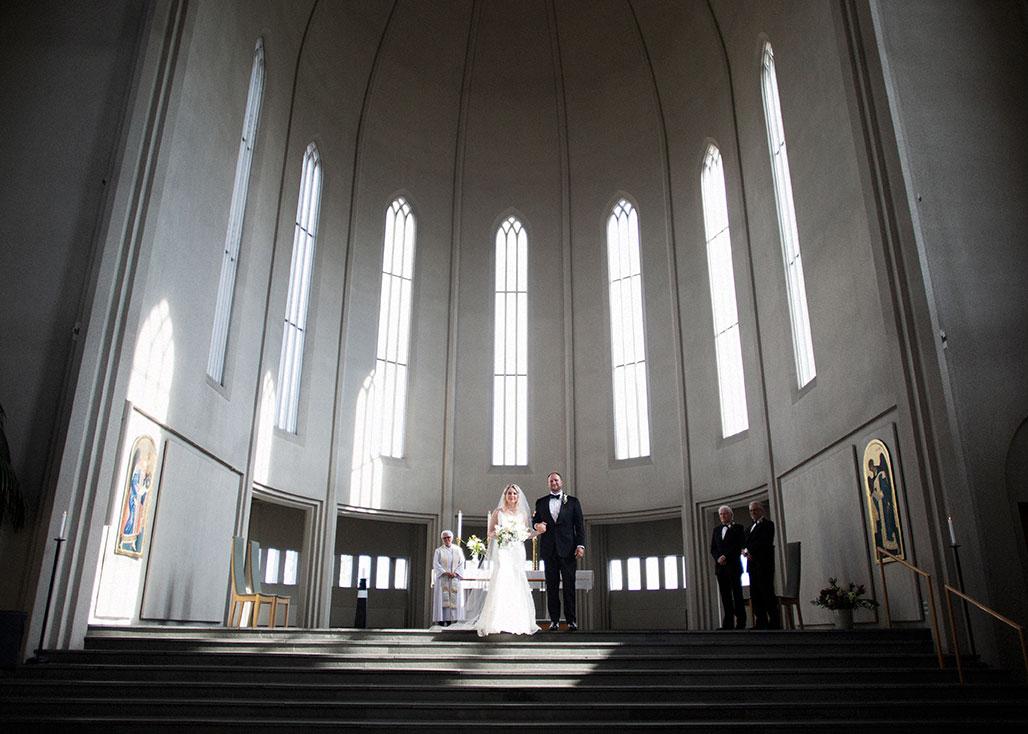 Brúðhjón standa við altarið í Hallgrímskirkju