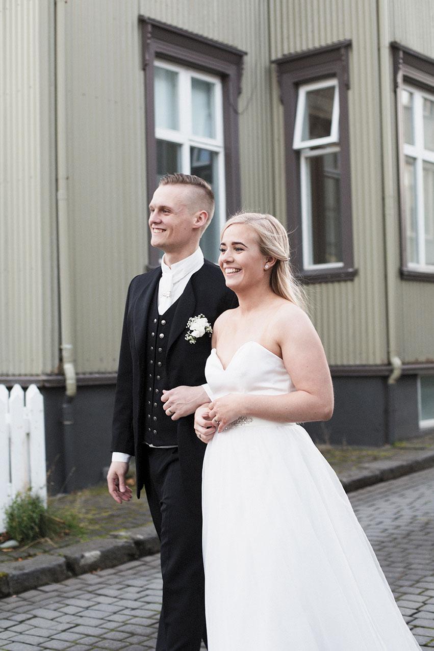 Brúðhjón labba í Grjótaþorpi í Reykjavík