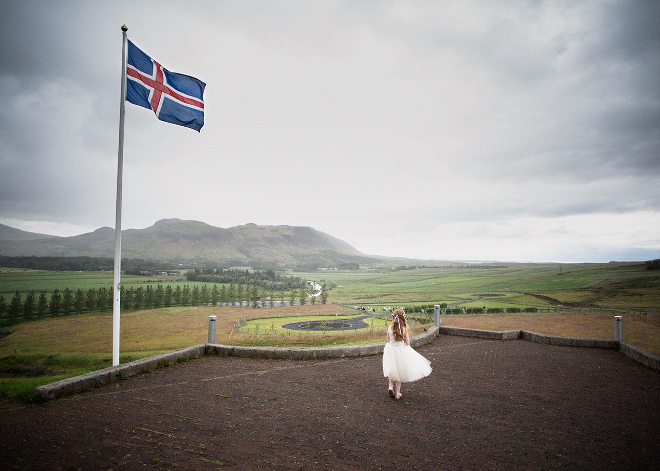 Íslenski fáninn og brúðarmær í Mosfellsdal